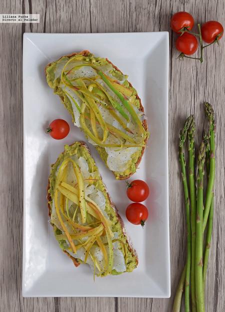 Tostas de aguacate, bacalao ahumado y cintas de espárragos: receta de aperitivo o cena saludable