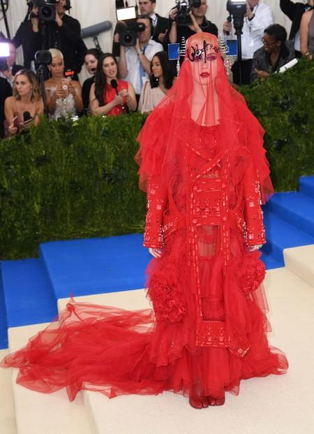 a44495fbb Katy Perry ha elegido uno de los looks más llamativos de la noche con una  creación muy extravagante