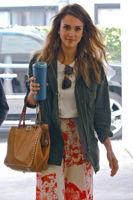 La falda del verano es a flores y la tiene Jessica Alba, ¿buscamos un clon de Stella McCartney?