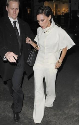 Victoria Beckham enseña cómo llevar un total white look