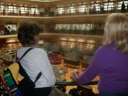 Mireia y Pablo en el Museo