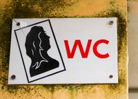 Una empresa de Murcia obliga a sus empleadas a colgarse un cartel cuando van al baño