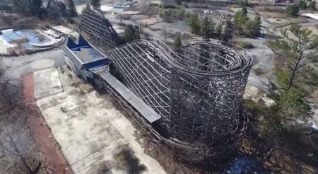 Un parque de diversiones abandonado y la huella del olvido a vista de drone