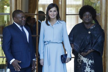 Ya es una realidad, los vestidos camiseros se convierten en los preferidos de Doña Letizia durante esta primavera, así es su tercer look en Mozambique