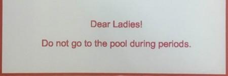 ¿Prohibir a las mujeres usar las piscinas durante la menstruación? Está pasando
