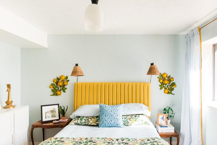 Antes y depués: un dormitorio sorprendente, con mezcla de estampados y un atrevido cabecero amarillo