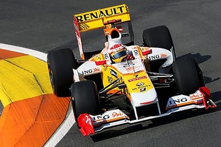 Fernando Alonso golpea el primero en Valencia