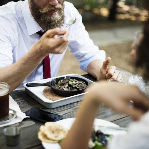 ¿Comer menos para no subir de peso? Quizá no sea buena idea, y aquí te decimos porqué