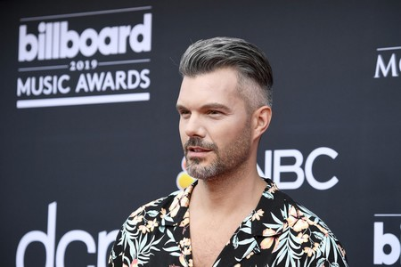 A.J. Gibson lleva el mood tropical a la alfombra roja de los Billboards Music Awards