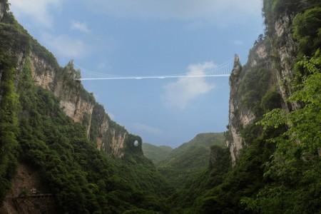 Este puente de cristal no es apto para gente con vértigo: un paseo de 430 metros a 300 metros de altura