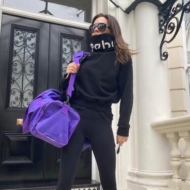 La rutina de ejercicios con los que Victoria Beckham tonifica brazos y piernas en casa con solo un par de mancuernas