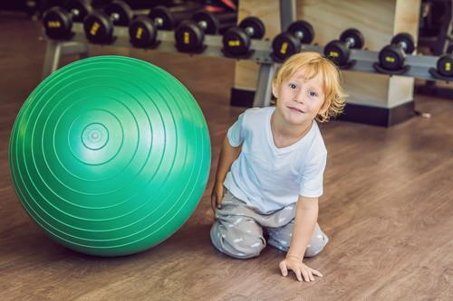Así es como tus hijos pueden ayudarte en tu entrenamiento y divertirse a la vez: seis ejercicios que podéis hacer juntos