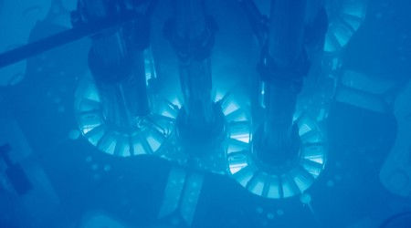 La fisión de un reactor nuclear no produce un brillo verde, sino azul: la radiación de Cherenkov
