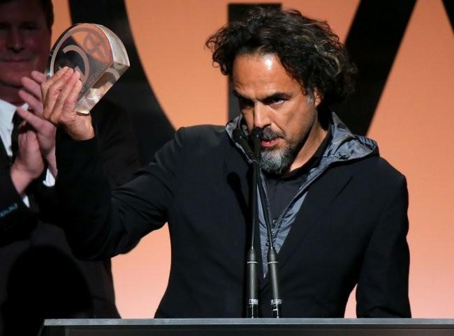 Alejandro Gonzalez Iñarritu con el premio del sindicato de productores