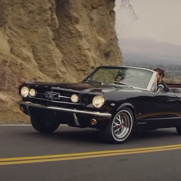 Jason Momoa revive tras 14 años de trabajo un Ford Mustang GT de 1965, el primer coche de su mujer