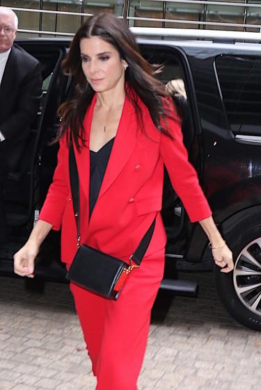 Combinar el rojo con el negro, la apuesta más arriesga de Sandra Bullock