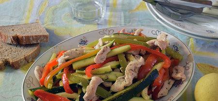 Salteado de pollo con verduras al limón. Receta saludable