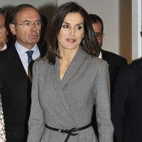 Doña Letizia comienza el lunes con un look elegante pero aburrido
