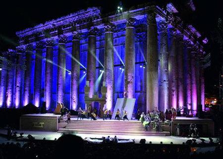 Templo iluminado para concierto en Baalbek
