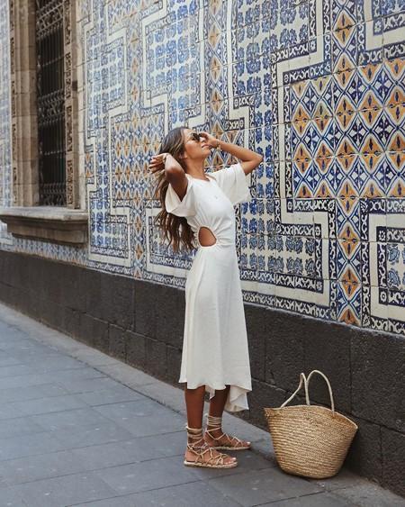 Todo lo que necesitas estas vacaciones es un vestido blanco y un bolso de playa: siete combinaciones perfectas a muy buen precio