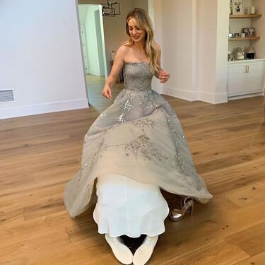 Kaley Cuoco se transforma en la Cenicienta moderna para acudir a los Globos de Oro gracias a su vestido de Oscar de la Renta