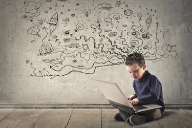 Cómo prevenir lesiones infantiles por una mala postura de estudio o frente al ordenador