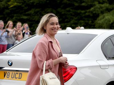 El look de Emilia Clarke en la boda de Kit Harington y Rose Leslie
