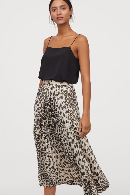 Falda plisada en tejido con brillo. Modelo de talle alto con cintura elástica.