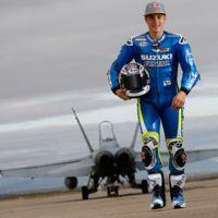 Maverick Viñales sale de paseo con un F-18
