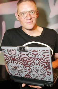 Giles Deacon ahora diseña un portátil