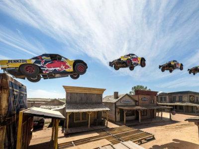 Así es cómo saltas 115 metros en coche por encima de unas casas