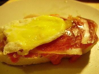 Pincho de jamón y huevo de codorniz