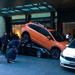 El aparcacoches que estacionó un Porsche 911 Carrera Cabriolet... ¡debajo de un Subaru XV!