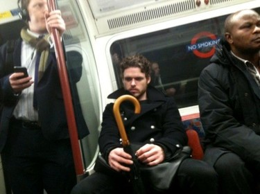 Richard Madden se sienta en el metro como le gustaría a Robb Stark sentarse en el Trono de Hierro