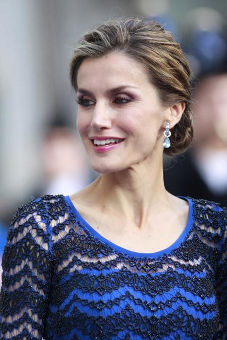 Doña Letizia homenajea a Asturias vestida de azul