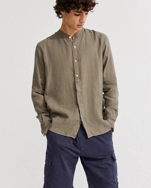 Camisa de manga larga, cuello redondo y cierre de botones. Hecha 100% con lino. Vegano. Cómoda y tradicional. Sisa amplia, ancho de manga sin ceñir el brazo y contorno recto hasta el final de la camisa.