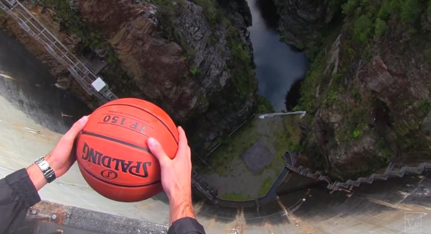 En este vídeo vemos las increíbles trayectorias de un balón arrojado a más de 100 metros de altura