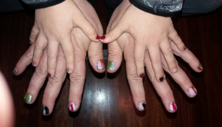 Se ríen de él en el colegio por pintarse las uñas y su padre le muestra su apoyo pintándoselas también