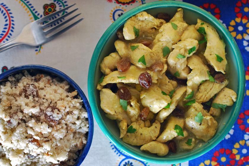 Pollo marroquí con cuscús de coliflor y frutos secos: receta más ligera con aromas del Magreb