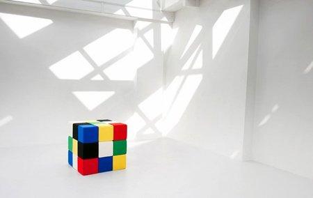 Mesa auxiliar y puf inspirada en el cubo Rubik