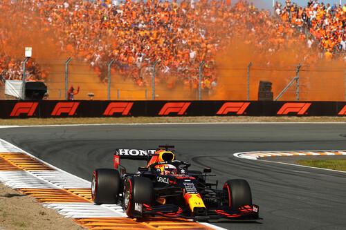 ¡Delirio! Max Verstappen recupera el liderato del mundial de Fórmula 1 resistiendo los ataques de Mercedes en Zandvoort