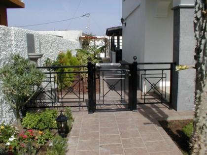 puerta jardín aluminio