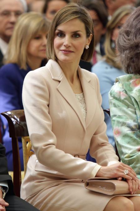 Doña Letizia sorprende a todos con un exquisito traje de chaqueta rosa. ¿Alguien duda que es la reina de la elegancia?
