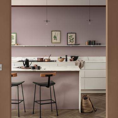 Bruguer te propone transformar la cocina pintándola de Palo Rosa, el color de la temporada ¿te animas?