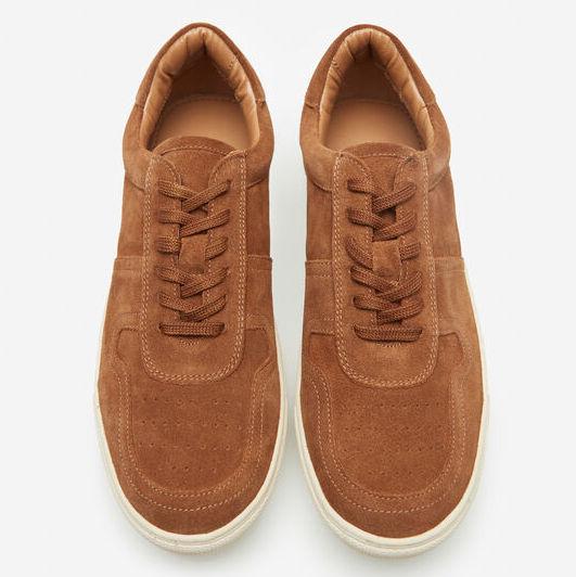 Sneaker tipo basket de serraje. El interior y suela de goma de alta calidad la hacen ser super confortable.