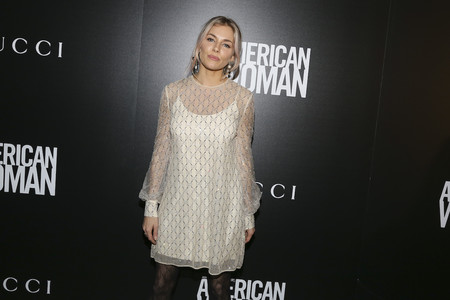 Sienna Miller, Emily Blunt y Anna Wintour nos enseñan los looks más originales en el pase especial de American Woman en Nueva York
