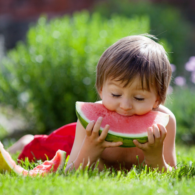 niño-comer-sandia