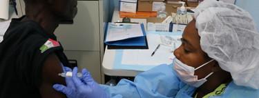 Mientras la epidemia de Ébola se vuelve en un caos incontrolable, tenemos una buena noticia: la primera vacuna acaba de aprobarse