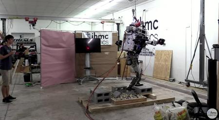 El robot humanoide Atlas ya es capaz de caminar y mantener el equilibrio por terrenos escarpados sin caer