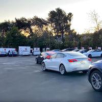 Tesla ha sustituido las colas en las gasolineras en periodo de vacaciones por las colas en los Supercargadores